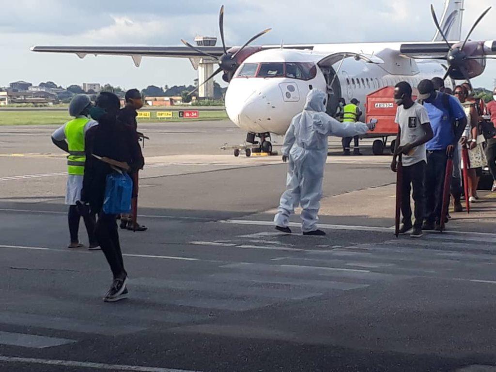 Covid-19: le vol 1 des gabonais qui étaient bloqués à Douala a atterri à l'aéroport Léon Mba
